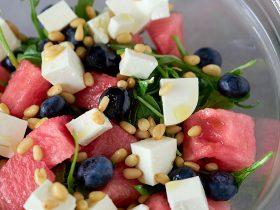 салат с рукколой, арбузом и фетой